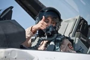femeie pilot F16